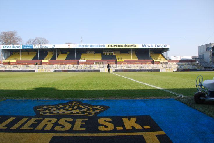 Peter Serlet belijnt de velden van K. Lierse SK met de Graco Fieldlazer S90.