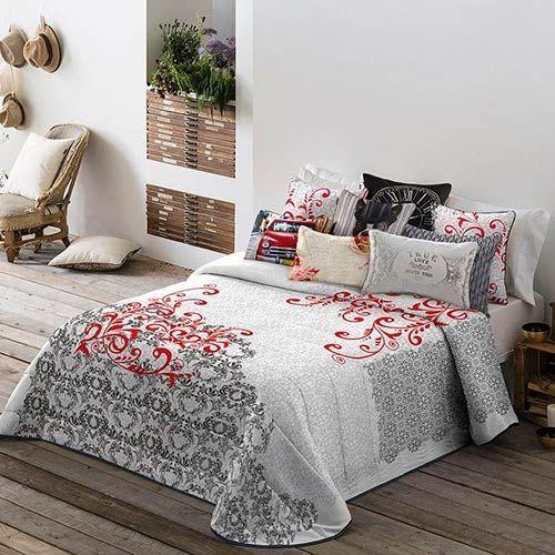 Diseño llamativo y vistoso de las colchas bouti Blonda de Antilo, en tejido estampado, con atractiva imagen oramental decorativa combinada en colores rojo y negro. El producto solo está disponible en esta combinación de colores.