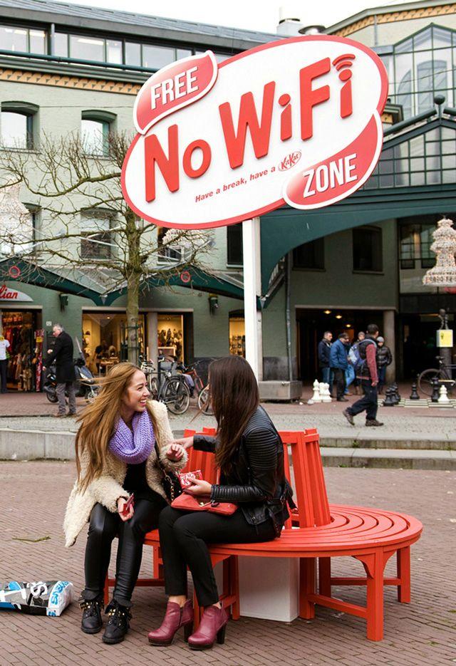 """La banca del """"No Wi-Fi"""" en Amsterdam bloqueaba todas las redes en el area para promover la conversación entre las personas."""