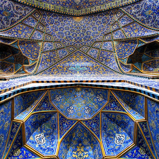 イラン中部の都市イスファハーンにあるイスラム寺院「イマーム・モスク (Imam Mosque)」中央礼拝堂の内部装飾。17世紀初頭、絶頂期を迎えたサファビー朝アッバース1世によって建設されたこの建築は、鍾乳石を模し瑠璃色を基調とした彩釉タイルが彩るアラベスク模様が目を奪う。
