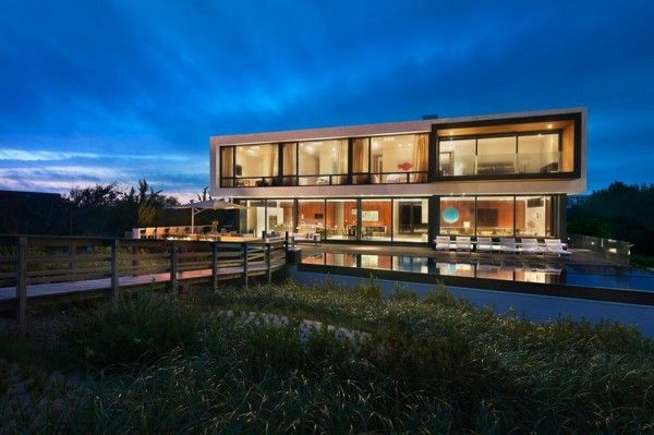 Evening House View from Luxury Ocean House with Amazing Garden and Swimming Pool Ideas 600x399 Luxury Ocean House with Amazing Garden and Swimming Pool Ideas