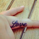 31 ideias de tatuagens criativas e minimalistas para o interior dos dedos
