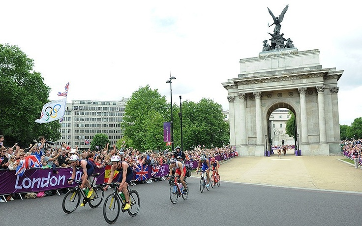 Team GB's Alistair and Jonny Brownlee led the cycling leg of the men's triathlon under Marble Arch.