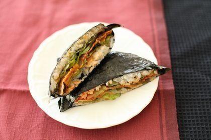 【nanapi】今話題のにぎらないおにぎり、「おにぎらず」。大きな具が入ったものも、テクニック入らずで簡単に作ることができます。今回は、かりかりに焼いた豚バラ肉とキムチ、レタスをはさんだ、サムギョプサル風のおにぎらずの作り方をご紹介します。ごはん…茶碗2杯分海苔(全形)…2枚薄切り豚バラ肉…100gサニーレタス…2枚キムチ...
