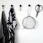 Küchenstillleben... ich liebe übrigens dieses Geschirrhandtuch von #skjalmp , das grau-schwarz ist so herrlich pflegeleicht und man sieht nie irgendeinen Fleck drauf. Da fragt man sich schon, warum die meisten Tücher weiß als Basis haben. Hm... sowas kann ich als busy Muddi nun gar nicht mehr gebrauchen. #kitchen #küche #blackandwhite #monochrome #myhome #interior #haydk #hay