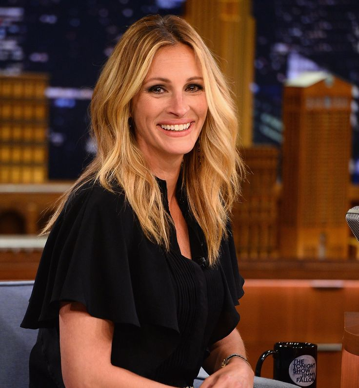 As a guest on The Tonight Show, Julia Roberts wore her hair in beachy blond waves.