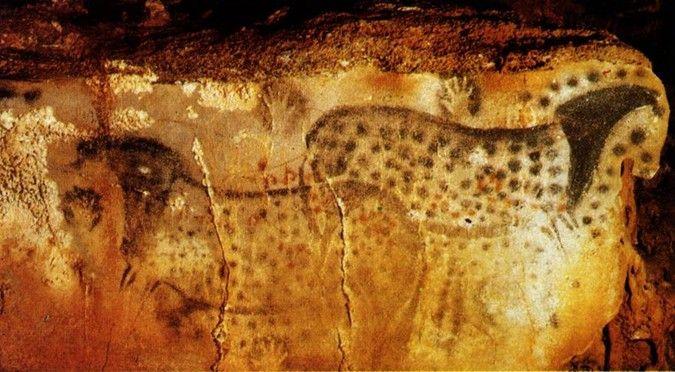 В пещере Пешь-мерль (Франция) на отдельной стене длиной в 4 метра рисунки нанесены в технике трафарета, по которому распылялась жидкая краска.