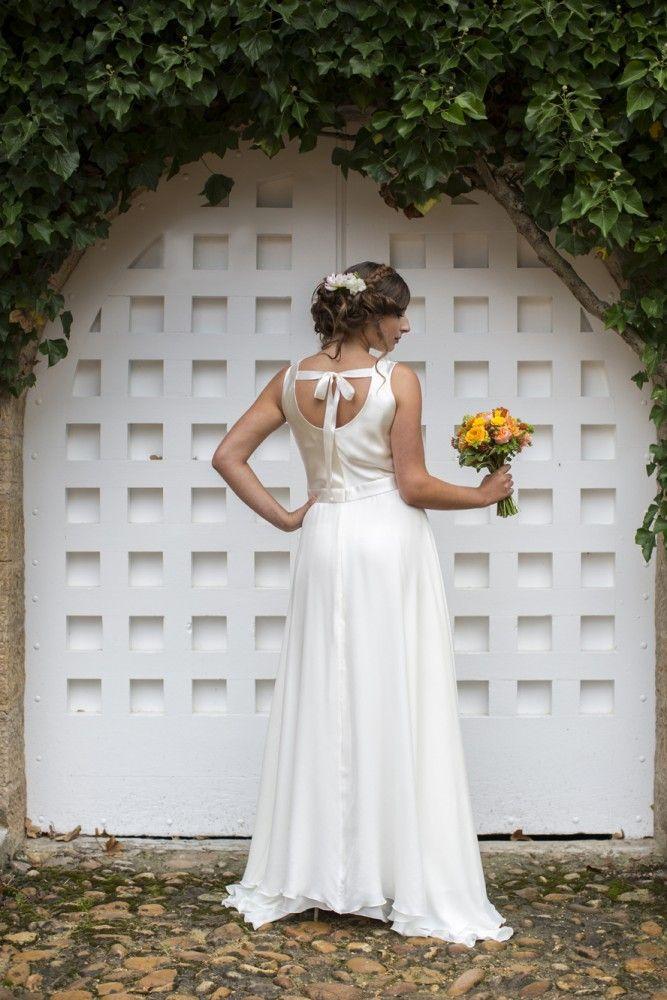 Essayez la robe de mariée bénitier de la collection de robes de mariée sur mesure dans la boutique lyonnaise. Adaptez le croquis à vos envies. Col benitier en satin fluide à personnaliser