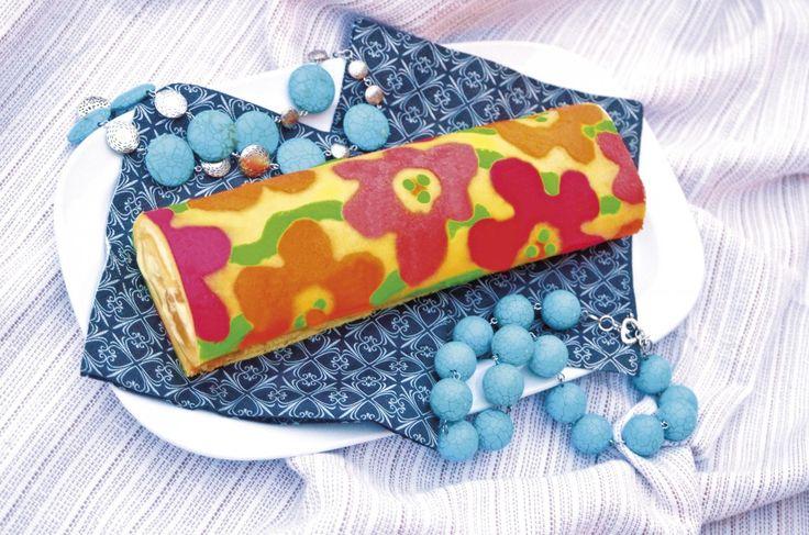 Tajemství japonských rolád odhaleno! Zapomeňte na klasické piškotové těsto, jež se při pečení rychle přesuší, je lámavé a křehké, navíc vyžaduje rychlé chlazení na vlhké utěrce, případně bleskové srolování s pokladovým papírem či moučkovým cukrem poprášeným textilním ubrouskem, aby nepopraskalo. Japonci používají řídké těsto na bázi máslové jíšky, jehož plát je po upečení mechově jemný a krásně pružný, přímo hedvábný. Jak říkaly naše babičky, šifónový…