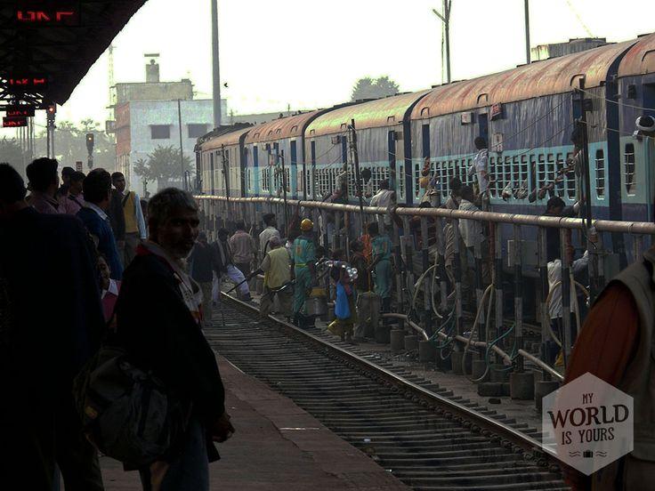 Met het lokale vervoer #reizen kan één groot feest zijn; het is dé manier om een land en zijn bewoners te leren kennen en nooit voel je je meer een wereldreiziger op weg naar het onbekende. #India #trein #train #Gorakhpur #publictransport