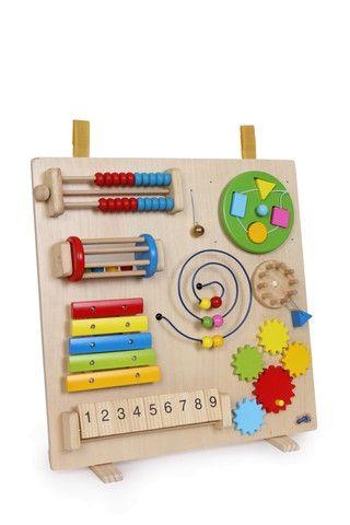 DREWNIANE CENTRUM MOTORYCZNE MULTIMAX, 8 FUNKCJI Tablica motoryczna z 8 różnymi funkcjami do ćwiczenia koordynacji ruchowo-wzrokowej. Pomoże dziecku rozwinąć umiejętności manualne i nauczyć logicznego myślenia. Tablica może stać na drewnianych, obracanych nóżkach jak również może być przyczepiona na przykład do łóżeczka za pomocą dwóch uchwytów.