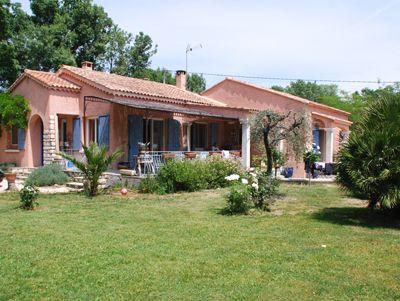 Vakantiehuis met zwembad in Provence-Côte d'Azur in Eyguières (Frankrijk)  Geheel vrijstaand vakantiehuis met privé zwembad op slechts 1 km van het Provençaalse dorp Eyguières 9 km ten noordwesten van Salon-de-Provence. Het goed ingerichte huis dat aan de weg naar Miramas is gelegen heeft een fraai zwembad een royaal overdekt terras en een grote omheinde tuin met mooie schaduwplekjes. Alle vertrekken bevinden zich op de begane grond de ouderslaapkamer beschikt bovendien over een mezzanine…