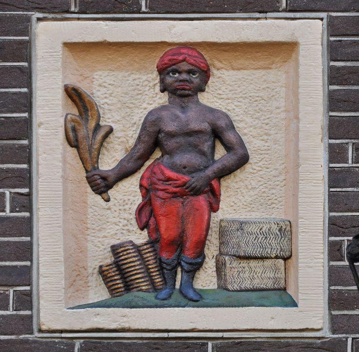 Lindengracht 211, Amsterdam Gevelsteen waarop een moriaan met een tabaksblad De gevelsteen is afkomstig van Jodenbreestraat 93, en in 1973 hier ingemetseld. De oudste kwijtschelding betreffende Jodenbreestraat 93 is van 1694 als Caspar van Hurk het pand koopt van de erven van Hester Roos, weduwe van Pieter Koelenburg. Uit de Doop- Trouw- en Begrafenisboeken blijkt dat Caspar van Hurk uit Antwerpen kwam, weduwnaar was van Brechtje Jans, op 8 oktober 1700 in ondertrouw ging met Geertruijd...
