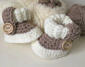 Babyslofjes Ugg model met houten knoop en sierbandje. Door de afwerking vallen ze niet van de voetjes. Babyshower. Kraamkado.