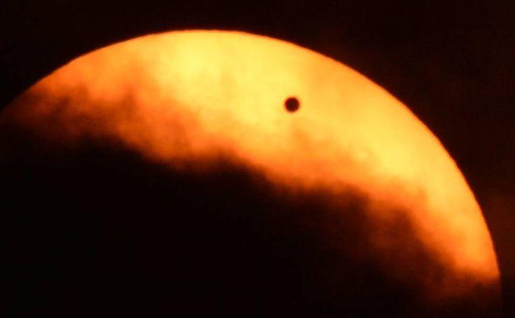 Nuvens bloqueiam parcialmente o Sol durante passagem de Vênus. Foto tirada em Nova York.