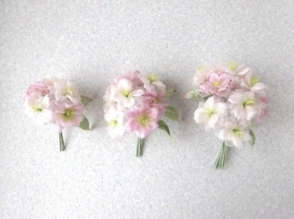 シルクヌメが放つ優しい光沢の中に シルクオーガンジーの花びらが 楚々として八重の桜が豊かに咲いています。ほんのりピンクの桜が とってもスィート。 和・洋 どち...|ハンドメイド、手作り、手仕事品の通販・販売・購入ならCreema。