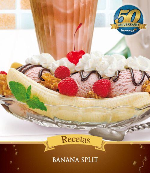 Para preparar un delicioso #BananaSplit sólo necesitas: 4 plátanos, 1 litro de helado de fresa, nueces, frambuesas, jarabe de chocolate, crema batida, hojas de menta y cerezas. Parte los plátanos longitudinalmente y colócalos en platos alargados. Coloca tres bolas de helado, Distribuye las nueces, las frambuesas y el jarabe de chocolate al gusto. Decora con crema batida, hojas de menta y una cereza en cada plato.