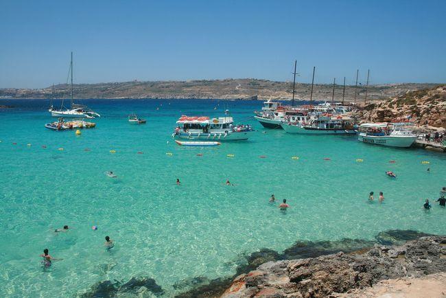 malta Miłośnicy kąpieli znajdą na Malcie bajeczne zatoki i zaciszne plaże z lazurową wodą (np. Golden Bay, Għajn Tuffieħa, Armier Bay i Paradise Bay). Na Gozo warto odwiedzić plażę Hondoq ir-Rummien. Między wyspami Comino i Cominotto znajduje się malownicza Blue Lagoon, zachwycająca krystalicznie czystą wodą i białym, piaszczystym dnem. Można się do niej dostać wyłącznie łodzią - rejsy organizowane są z portów w miastach Ċirkewwa na Malcie i Mġarr na Gozo.
