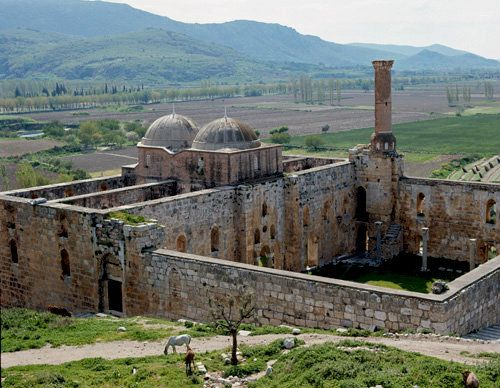 45--Aydınoğullarının inşa planı, orijinalinde olasılıkla kent mahallesi sakinleri için ayrılan cami, mescit, hamam gibi yapıları içerir. Hiç şüphesiz en önemli yapı bazilika formunda kutsal bir yapı olan İsa Bey Camii'dir. Bu dönem boyunca antik ve Bizans gelenekleriyle yenilikçi Türk ögelerin bir araya getirildiği yeni bir mimari düzen geliştirilmiştir