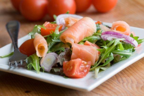 Салат с соленым лососем- https://kareliyanews.ru/salat-s-solenym-lososem/