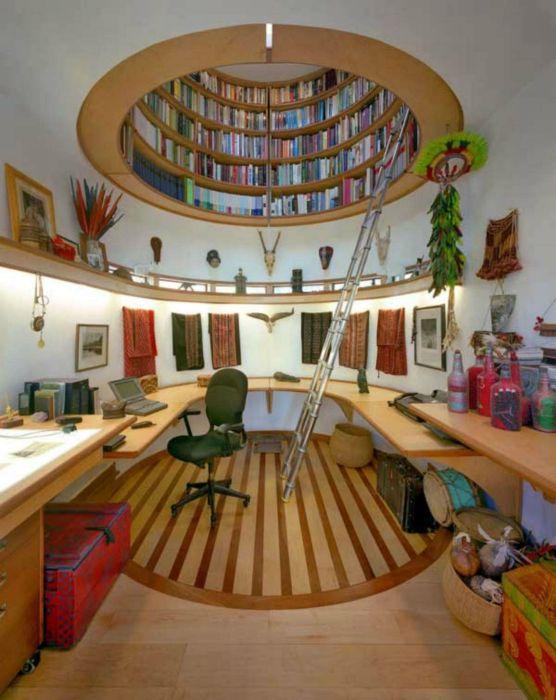 Круглый книжный шкаф вмонтированный в потолок.