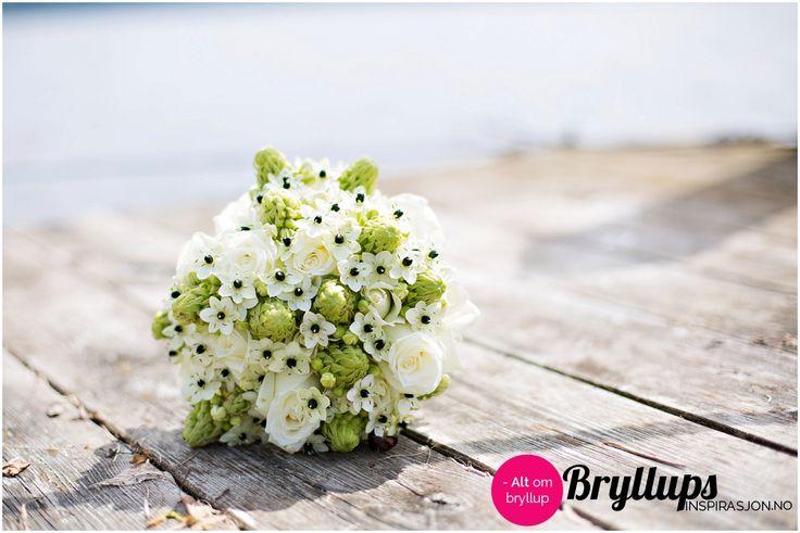 Brudebukett i hvitt og grønt med hvite roser.   Pinnet fra: Bryllupsinspirasjon.no