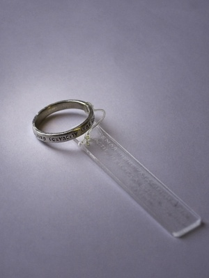 """Серебряное кольцо с надписью на латыни MUNDI, QUAE NUNC PARTES SUNT, ALIQUANDO ŪNITŪS FUIT, что в переводе означает - """"земля, разделенная ныне на части, некогда была одним целым""""."""