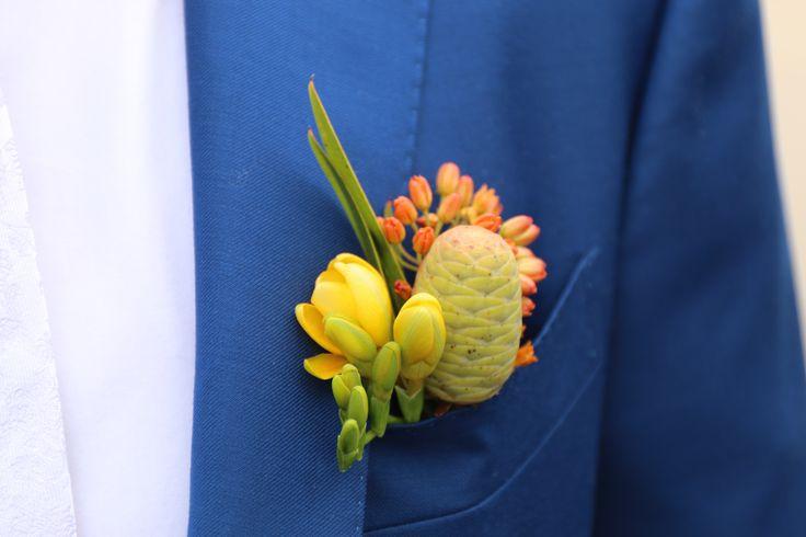Бутоньерка, оранжевая, тропическая свадьба. Жених
