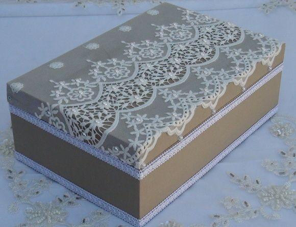 Caixa em MDF revestida com tecido 100% algodão. Apliques em renda importada e chatons pérola. R$ 80,00