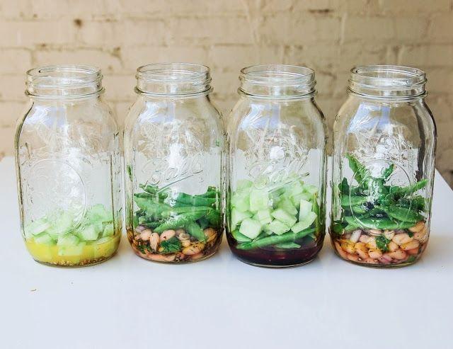 次に、ドレッシングを吸収しないようないくつかの固めの野菜を追加して入れます。おすすめはキュウリ、スナップエンドウ、豆のサラダ、ニンジン、ナッツ類などです