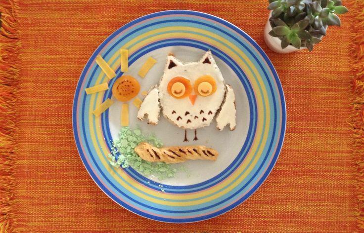 Coruja feita para o café da manhã! Pão, cream cheese, damasco, queijo, biscoito e suspiro de menta. Siga nossas imagens no Instagram: mildicasdemae        Owl for breakfast! Follow us on Instagram: mildicasdemae  #foodart #kids