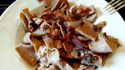 Pappardelle di farina di castagne fatte in casa con sugo di guanciale croccante, cipolla tossa e radicchio trevigiano
