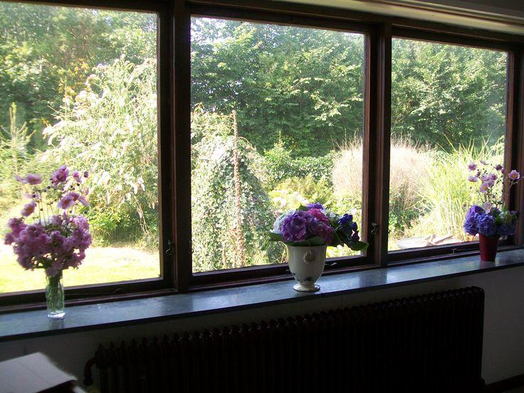 Vindueskarmen i køkken-alrummet. Her prydet med smukke blomster fra haven, som min søde mor arrangerede for os.