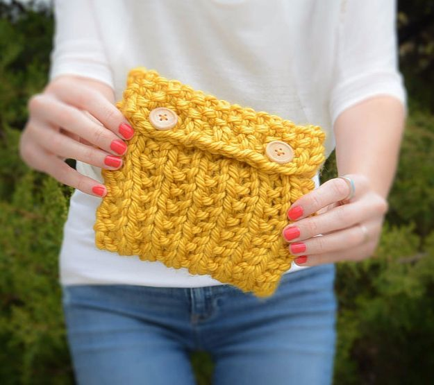 38 Easy Knitting Ideas - Anything Knit Pouch - Knitting Ideas For Beginners, Cute Kinitting Projects, Knitting Ideas And Patterns, Easy Knitting Crafts, Gifts You Can Knit, Knitted Decors http://diyjoy.com/easy-knitting-ideas