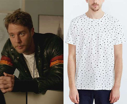 """Brian Finch (Jake McDorman) wears a BDG Ditzy Print Standard-Fit Crew Neck Tee in the color White in Limitless Season 1 Episode 11 """"This is Your Brian on Drugs."""""""