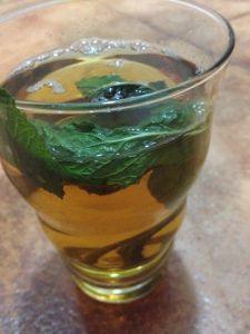 Los marroquíes tienen por costumbre tomar té de hierbabuena (también conocido como té moruno o té marroquí) como digestivo después de las comida. De hecho, está demostrado que el té verde, uno de l…