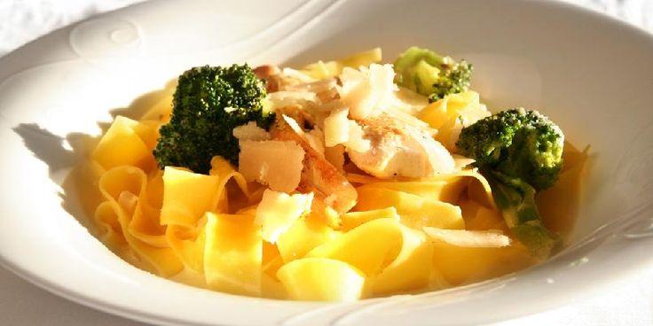 Pasta er redningen når du trenger kjappe middager. Denne inneholder veldig få ingredienser og er superenkel å lage.