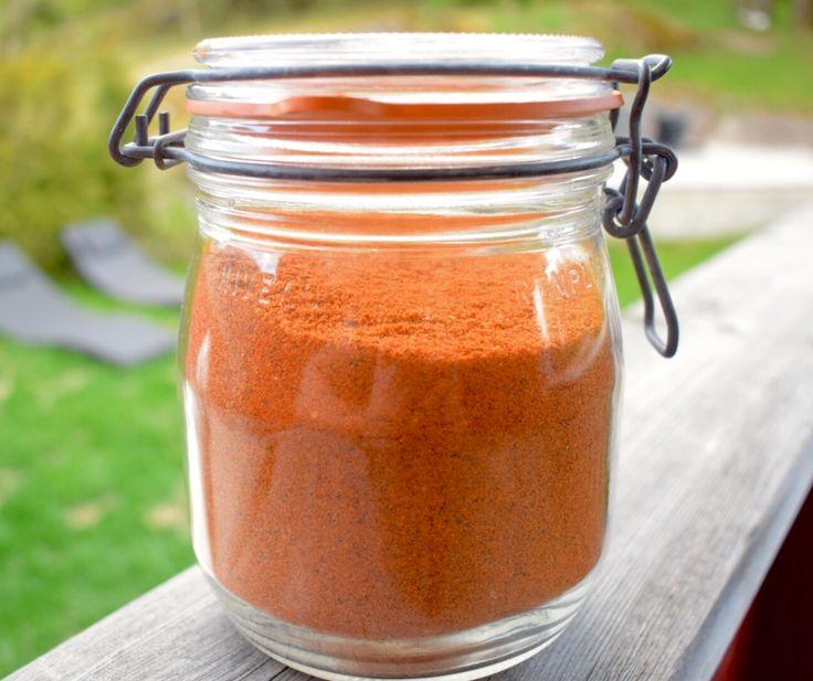 «Dry Rub», er en av hemmelighetene for å heve grillmaten til et nytt nivå. Denne smaksrike hjemmelagde krydderblandingen trekker seg inn i kjøttet og gir en karamellisert perfekt skorpe…