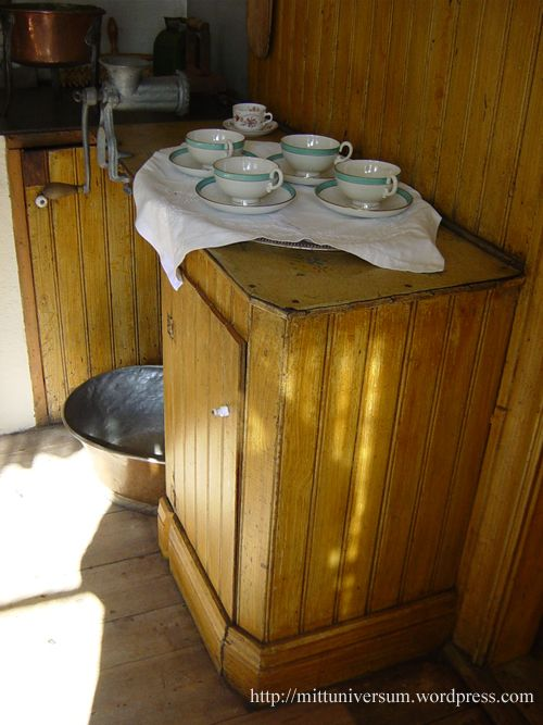 Nu ska jag visa foton från det kök som varit inspirationskällan till köket här i Universumet. Det här 1920-talsköket finns i Asta i Hälsingland. I Erik-Anders gården. Köket hade MrsUniversum endast…