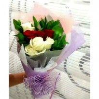 Handbouquet bunga mawar ucapan ulang tahun.