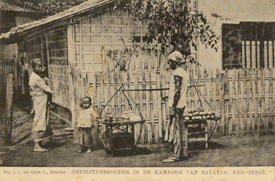 Onbijtverkooper in de kampong in Batavia circa 1900.