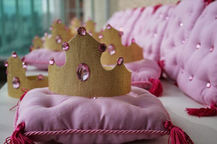 A A. é verdadeiramente fascinada por princesas, gosta de todas mas tem uma preferência pela Cinderela. Em conversa com o pai decidiu que quer fazer uma fes
