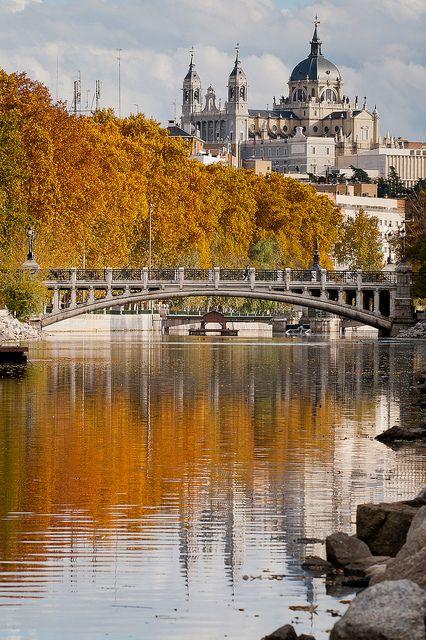 río manzanares, entrando en #madrid, al fondo, catedral de la almudena