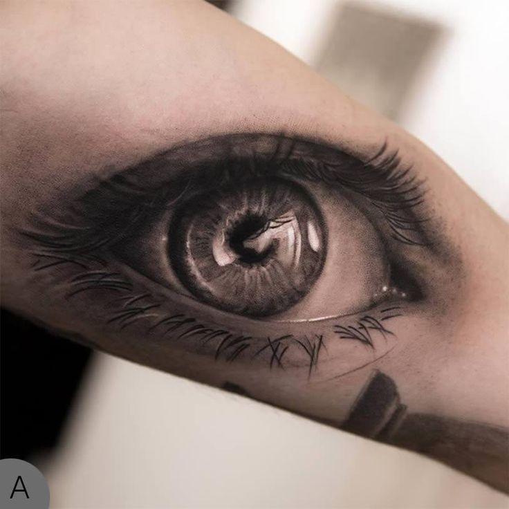 Tatuagem de olho realista no braço