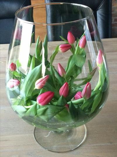 Tulpen liggend in grote vaas.