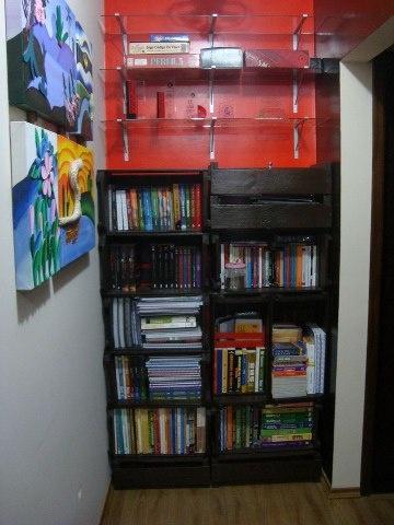 Estantes de livros feitas com caixotes.