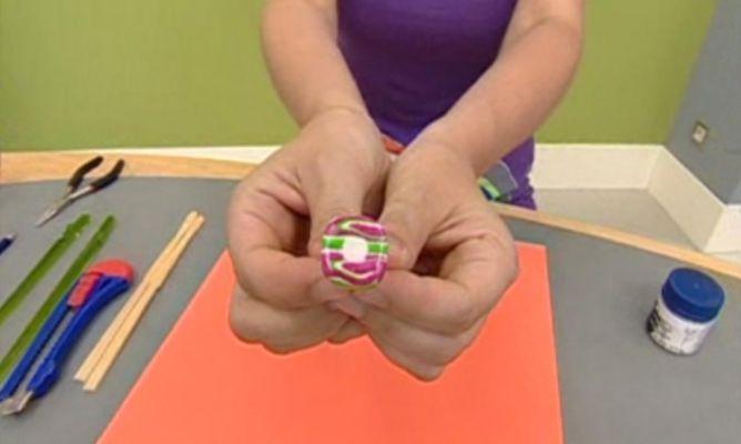 En esta tarea de manualidades vamos a realizar un anillo de arcilla polimérica de tres colores.