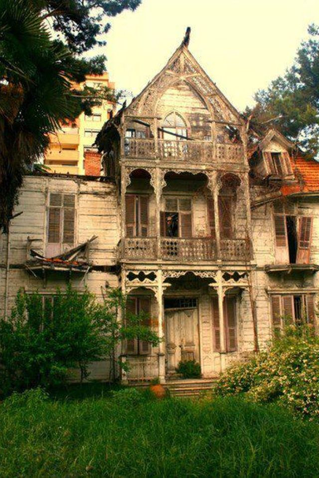 old and abandoned   Creepy house in bad condition!   Old and Abandoned