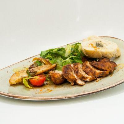 Przepis dnia III, odc. 3: Filety z kurczaka z sałatką i gruszkami - DoradcaSmaku.pl