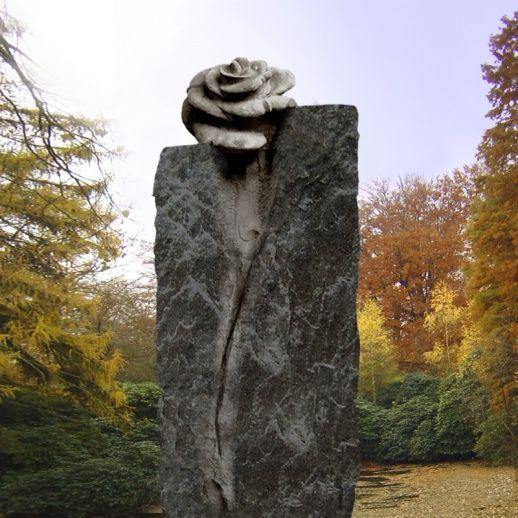 Einzigartige dunkle Natursteinstele mit Rose »Casina« • Qualität & Service direkt vom Bildhauer • Jetzt Grabstein online kaufen bei ▷ Serafinum.de